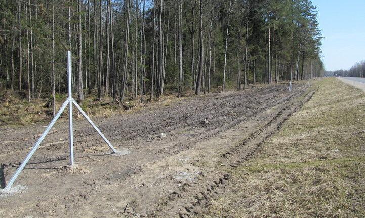 С трассы М6 в Воложинском районе украли 98 металлических столбов