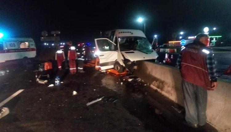 Под Воложином маршрутка с пассажирами влетела в бетонные блоки: есть жертвы
